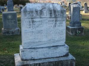 Памятник на могиле братьев Банкер