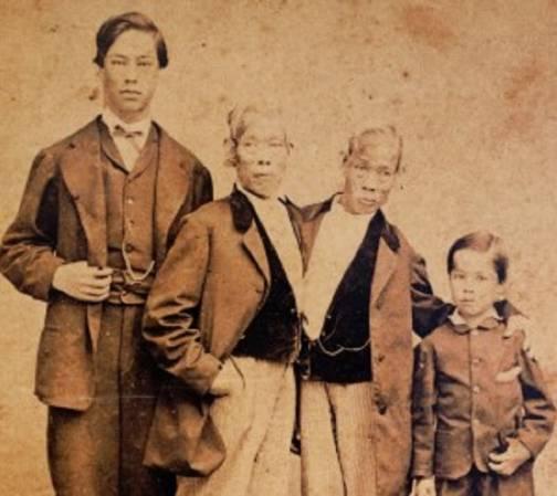 Энг со своим 15-летним сыном Патриком (слева) и Чанг с сыном Альбертом восьми лет. Фото 1865 года.