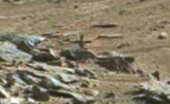 «крест» на скалистом марсианском холме