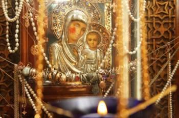 Паломники, получившие помощь Богородицы, несут к иконе в благодарность