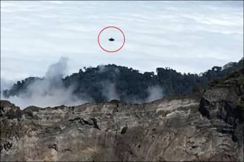 НЛО над парящим вулканом в Коста-Рике