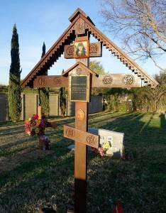 Крест на могиле владыки на кладбище Рестленд.
