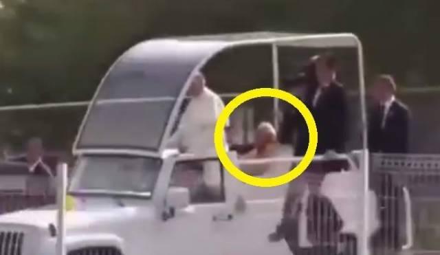 На телевидение попал призрак Папы Римского?