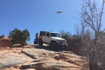 Джип-сафари привлекло внимание инопланетян