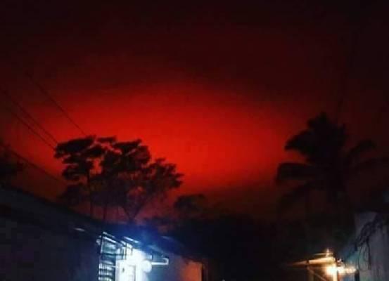 Таинственное кроваво-красное небо озадачивает жителей Сальвадора