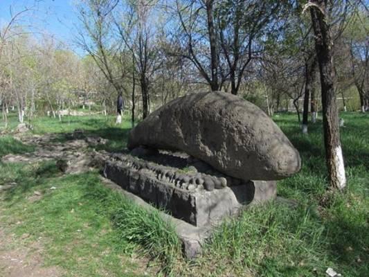Драконский камень в Гегамских горах.