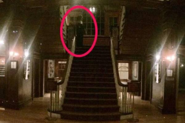 Турист обнаружил на фото в отеле призрака с ребенком