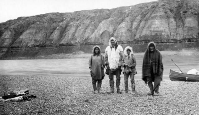Фото этих эскимосов часто публикуют в статьях о тайне озера Ангикуни.