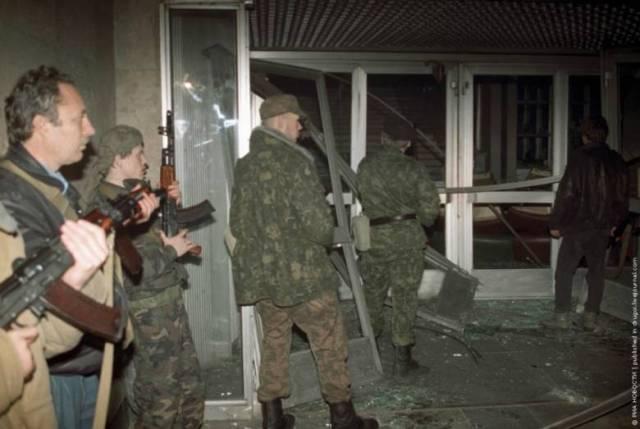 Боевики из числа сторонников Верховного Совета у входа в ТЦ Останкино.