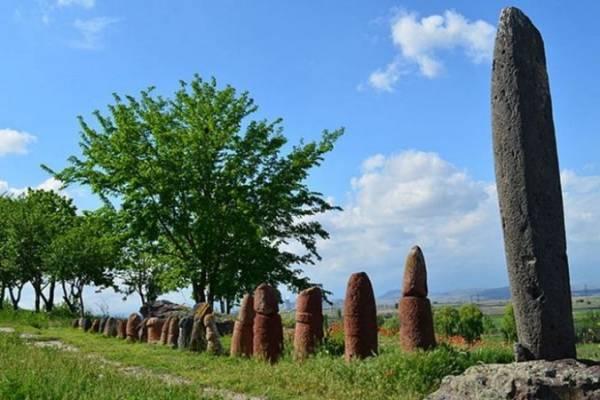 Каменные стелы в Мецамор.