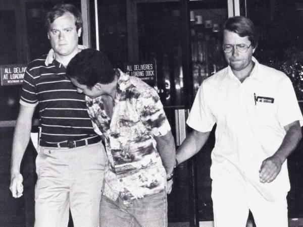 Гари Неснер (слева) с коллегой ведут мужчину