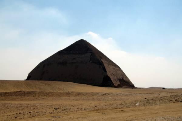 Ломаная пирамида.