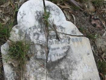 Разрушенный молнией камень на могиле Саммерфорда