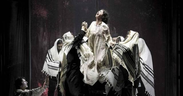 Одержимость диббуком (сцена из представления в израильском театре